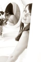 wunderschöne Frau in weißem Hotelzimmer
