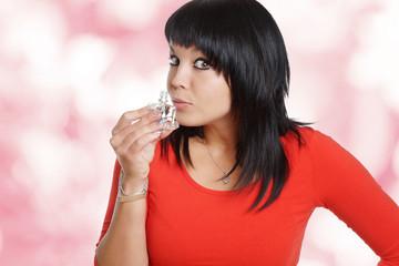 Frau riecht an Parfume