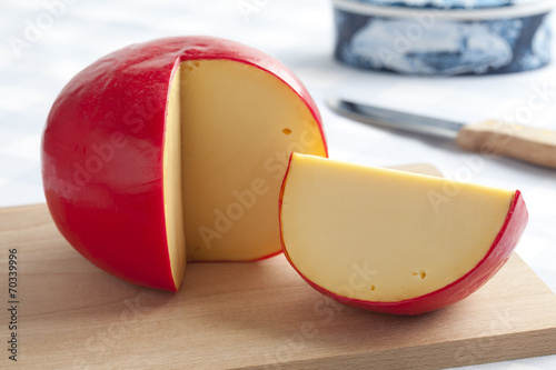 Staande foto Zuivelproducten Edam cheese on a cutting board