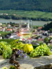 klare Sicht durch Weissweinglas