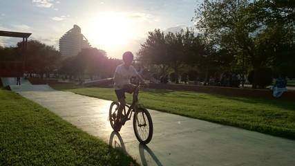 Niño pedaleando en el parque