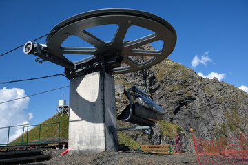A chairlift rotating mechanism