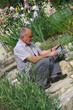 senior se servant d'une tablette