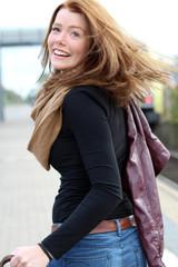 junge Frau läuft auf dem Bahnsteig