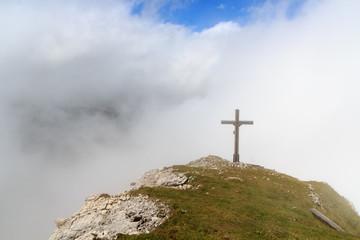 Gipfelkreuz Wiedemerkopf in den Wolken