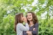 Leinwandbild Motiv Zwei Mädchen tauschen Geheimnisse