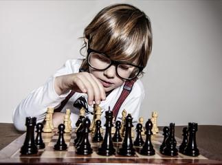 Kind spielt Schach