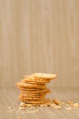 Сахарное печенье, покрошенное на темном столе