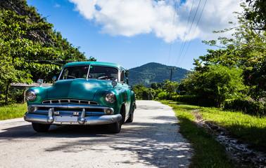 Cuba Oldtimer fährt auf der Strasse