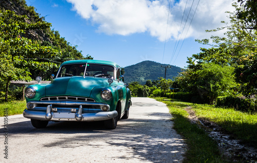 Fotobehang Caraïben Cuba Oldtimer fährt auf der Strasse