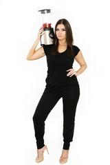 junge Frau mit Mixer auf Schulter