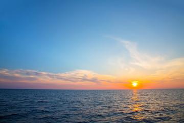 Sonnenuntergang mit Meer und Horizont als Hintergrund