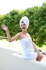 Девушка в банном полотенце на балконе