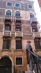 Gondoliere auf Treppe in Venedig