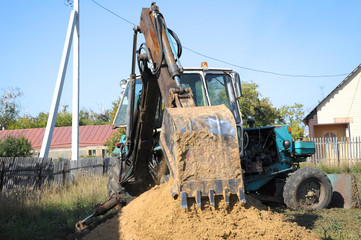 Shovel of the tractor, digging a hole
