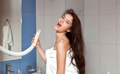 Девушка поет в ванной комнате