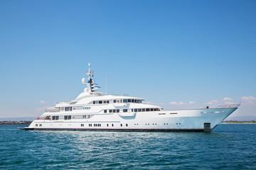 Luxus Yacht am Meer bei blauem Himmel