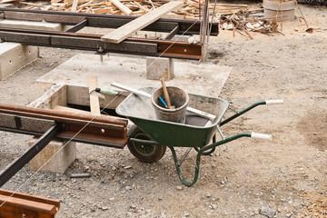 Gleisbauarbeiten und eine Schubkarre mit Werkzeug