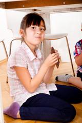 Kinder essen Schokolade