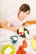 canvas print picture - Junges Mädchen beim Essen