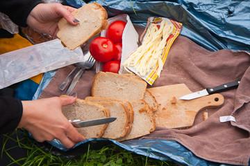 robimy posiłek na trawie podczas wyprawy