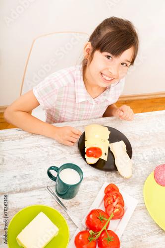 canvas print picture Junges Mädchen beim Essen