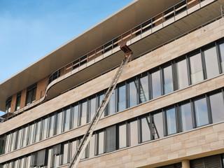 Bauaufzug - Materialaufzug - an einem Gebäude bei Bauarbeiten