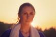 Attraktive Frau im Sonnenuntergang