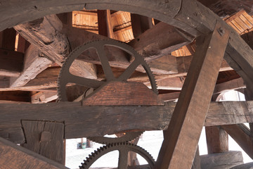 mechaniczna konstrukcja z drzewa używana do załadunku towaru