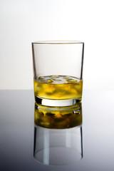 Bicchiere di whiskey con ghiaccio, sfondo bianco e nero