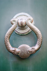 Maniglia di porta a forma di serpenti, bussare