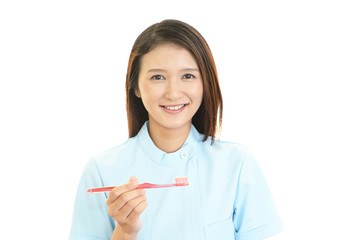 歯ブラシを持つ歯科衛生士