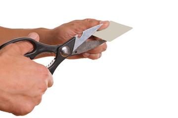 Hand zerschneidet leere Karte