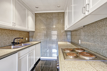 Modern kitchen with tile trim