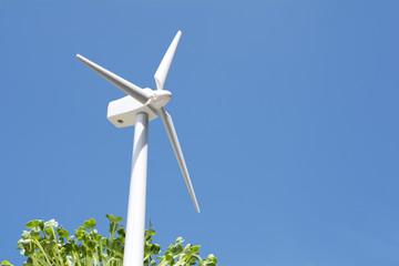 風力発電の模型と新芽と青空