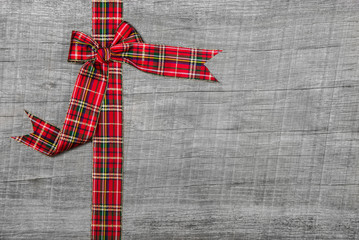 Holz Hintergrund weihnachtlich mit Schleife in Rot als Gutschein