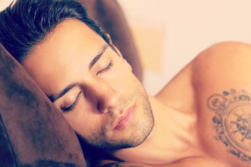jeune homme qui dort