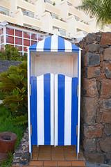 caseta de madera azul y blanco