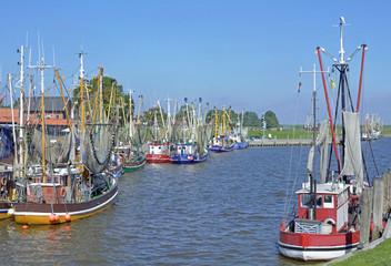 Krabbenkutter im Hafen von Greetsiel in Ostfriesland