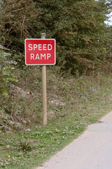 Speed ramp sign and signpost