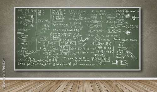 Wand mit Tafel und vielen Formeln - 70389341