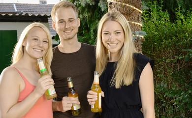 Freunde trinken Bier und Fassbrause auf Party