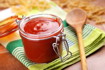 salsa di pomodoro fatta in casa nel barattolo di vetro
