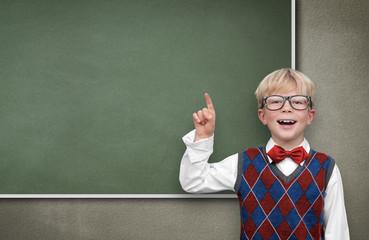 Schulkind vor leerer Tafel
