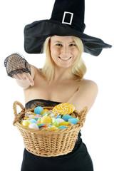 Hexe zu Halloween mit Süßigkeiten