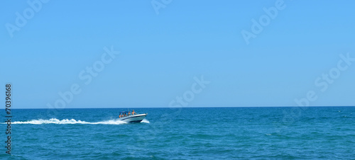 Lancha en el mar - 70396168