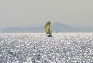 Barca a vela con riverbero