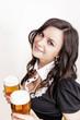 Frau hält Biergläser in den Händen