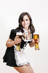 sexy, junge Frau in Dirndl mit Biergläsern