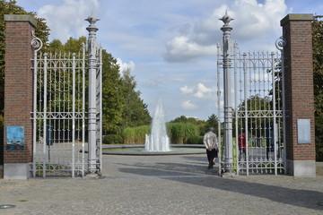 L'entrée du parc et la fontaine
